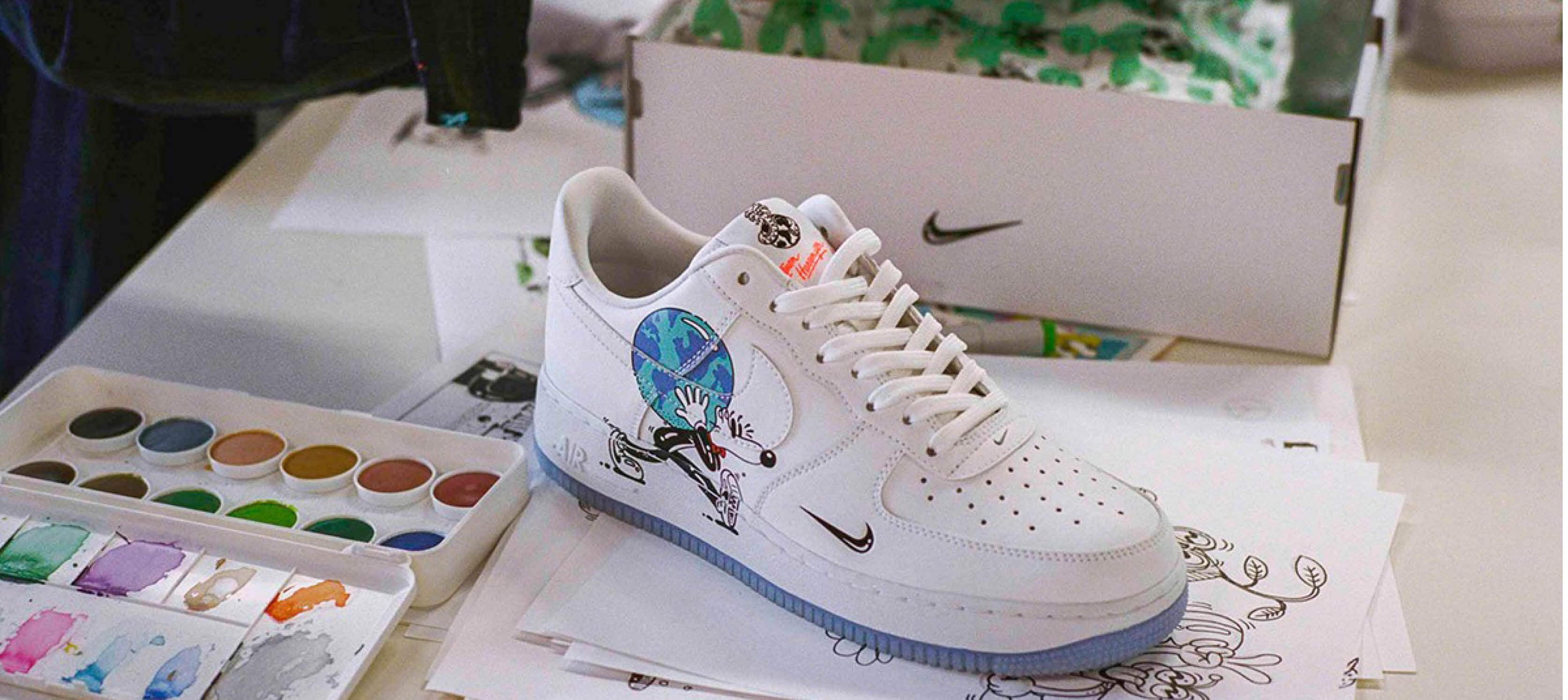 Steven Harrington Ontwerpt Nike Flyleather Sneaker voor de Dag van de Aarde